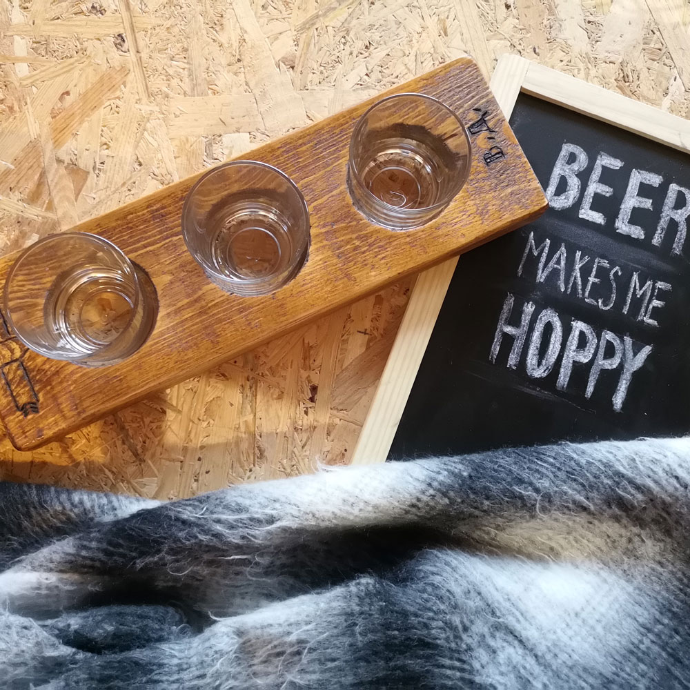 Ръчно изработен поднос с 3 чаши за дегустация на бира, подарък за фин на бирата – Направи си бира