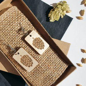 Обеци от дърво с гравирани шишарки хмел, естествени материали - ръчно изработени бижута за любители на крафт бира, Направи си бира ООД
