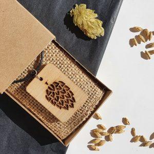 Медалион от дърво с гравиран хмел, голям размер - ръчно изработени бижута за любители на крафт бира, Направи си бира ООД