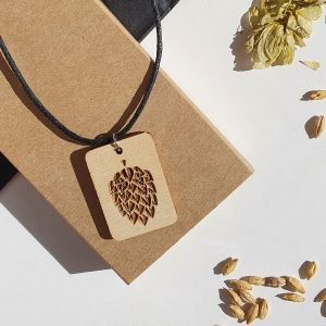 Медалион от дърво с гравиран хмел, малък размер - ръчно изработени бижута за любители на крафт бира, Направи си бира ООД
