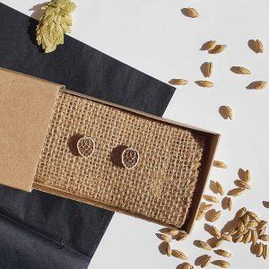 Мини обеци от дърво с гравиран хмел, мъжки и дамски модел - ръчно изработени бижута за любители на крафт бира, Направи си бира ООД